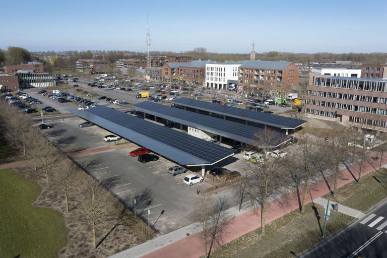 The office of the future is located in the polder town of Dronten. Its town hall uses the solar power from the car park to be energy neutral. This is how it works.