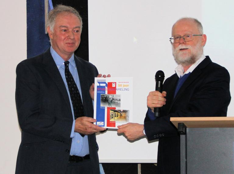 Maarten Oberman receives the jubilee magazine from John Schmitz (Photo: Han Geijp)