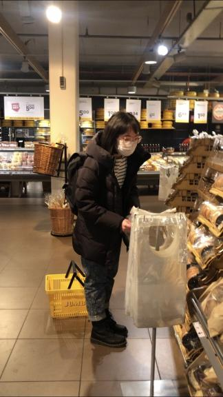 Going to the supermarket wearing a mask. How do people react? (Photo: Yujie Shan)